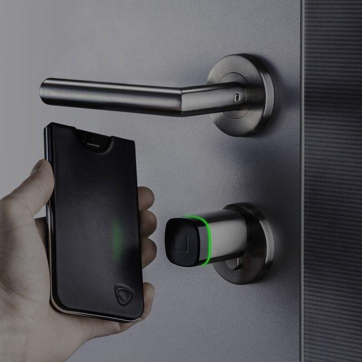 Deur knop die gesynchroniseerd is met je telefoon. Geen sleutel meer nodig. Enige nadeel: wanneer je je telefoon vergeet thuis, kom je dus ook niet binnen. Hetzelfde principe als je je sleutel vergeet.