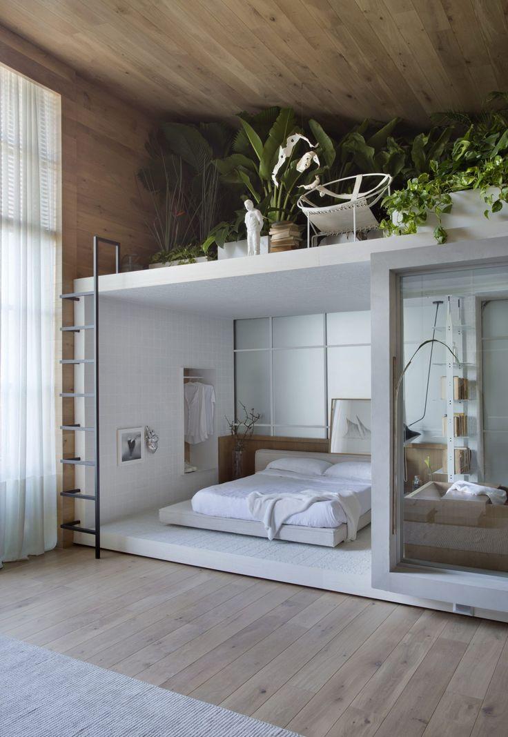 Un loft d'exposition avec une chambre en boîte