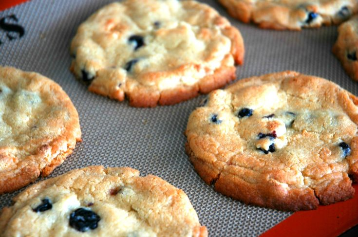 Blueberries and Cream cookies. Yum!Desserts, Cookies Bar, Blueberry And Cream Cookies, Momofuku Blueberryandcream, Blueberries Cream, Cookies Recipe, Blueberryandcream Cookies, Sounds Yummy, Crumbi Cookies