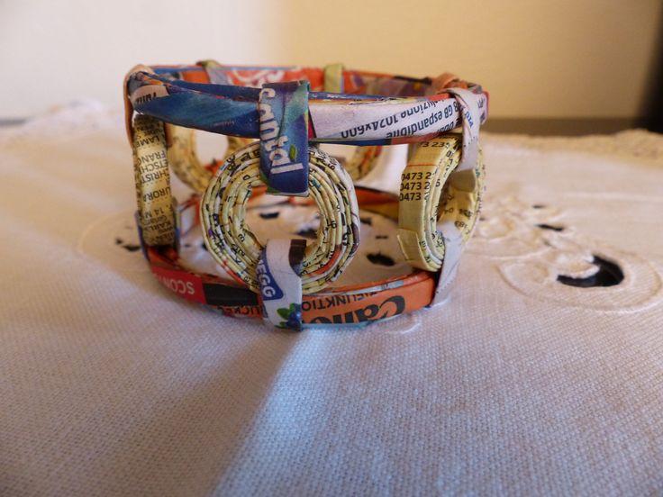 Braccialetto con cannucce ricavate da pagine gialle e volantini Carmen Benelli