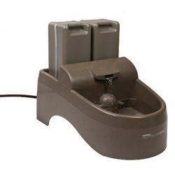 Drinkwell® Outdoor Dog Fountain - Cuenta con más de 13 litros de capacidad, es ideal para exteriores ya que tiene protección contra rayos UV y las reservas de agua no permiten la entrada de luz que es lo que crea el crecimiento de microorganismos en el agua. Además gracias a su sistema de recirculación y sus filtros de carbono activado ayudan a eliminar el olor y sabor del agua mientras la oxigena y la hace más palativa y deliciosa para tu perro. En la naturaleza, los animales prefieren…