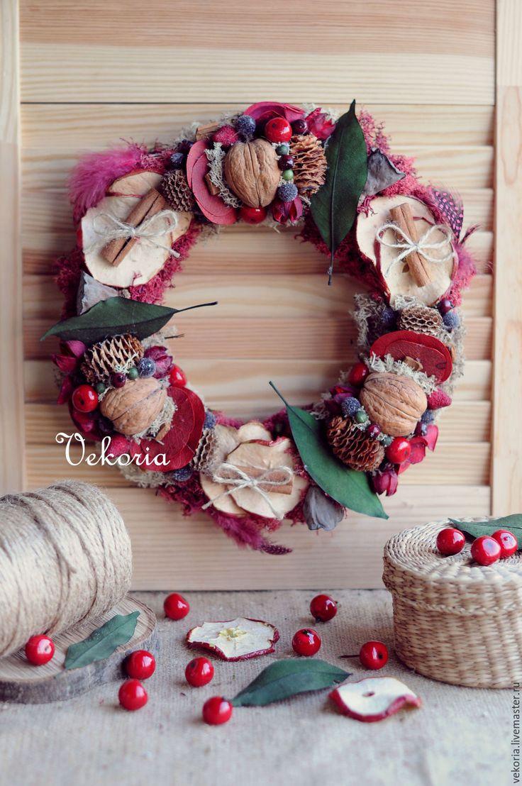 Купить или заказать Венок 'Яблочный компот' в интернет-магазине на Ярмарке Мастеров. Венок 'Яблочный компот' напоминает лето и его разнообразие фруктов, которое есть в этот период времени. Здесь вы найдете ягоды, шишки, мох, орехи, листья, ароматную корицу и, конечно же, корочки яблока! Венок чудесное украшение для дома! Повесив его на стену или дверь ваш дом сразу наполнится летними, весёлыми нотками уюта и тепла! Только один экземпляр! Повтор не делается!