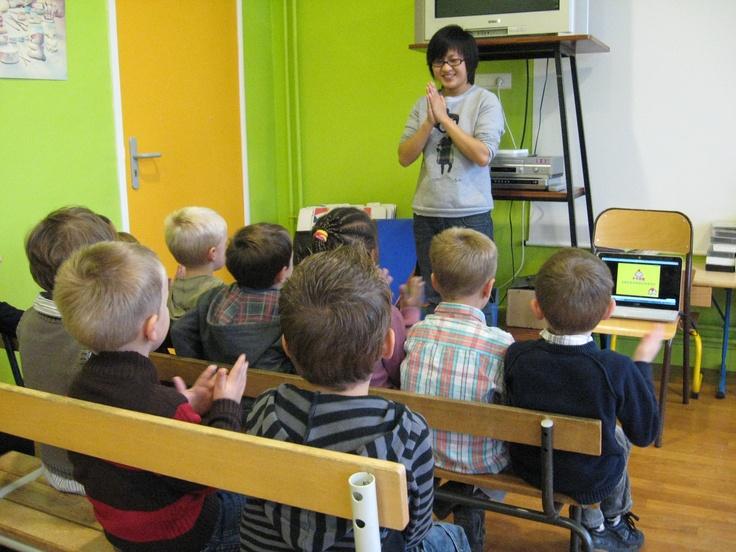 peut apprendre une chanson en langue étrangère aux enfants à laide ...
