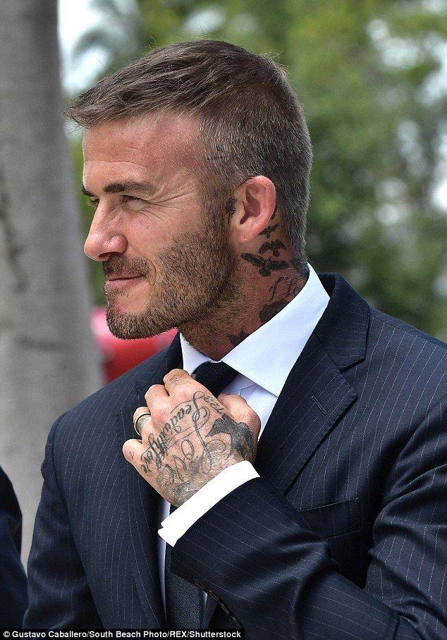 Inked: Der Stern ließ seine mehrfachen Tätowierungen aufblitzen, als er seine Krawatte zurechtlegte – Matias Godoy