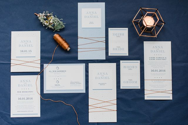#hochzeitseinladung Elegante Hochzeit im Winter in zartem Serenity und Kupfer von Christiane Cloete | Hochzeitsblog - The Little Wedding Corner