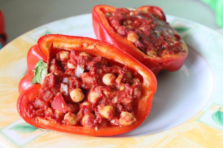 PAPRYKA FASZEROWANA ciecierzycą:  pół puszki ciecierzycy, 3 łyżki koncentratu pomidorowego, 1 mały pomidor lub pół dużego, pół cebuli, ząbek czosnku, sól, pieprz ziołowy, bazylia, papryka ostra, wszystko razem wymieszać, napełnić paprykę i piec 35 minut w temperaturze 180 stopni