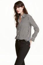 Blouse met lange mouwen: Een blouse van geweven kwaliteit met een kraag, een knoopsluiting voor en lange mouwen met een manchet met knoop.