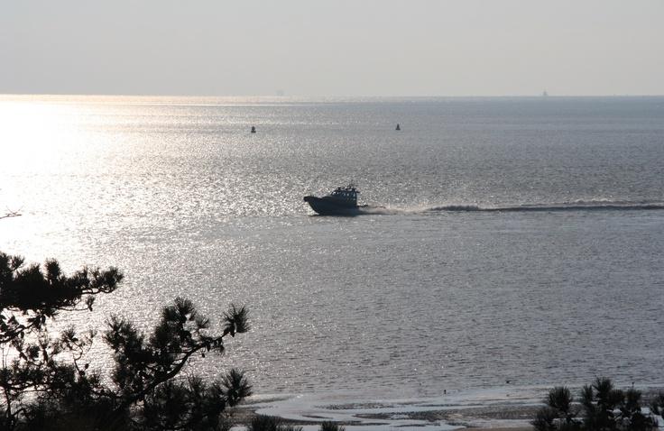 reddingsboot nabij het groene strand