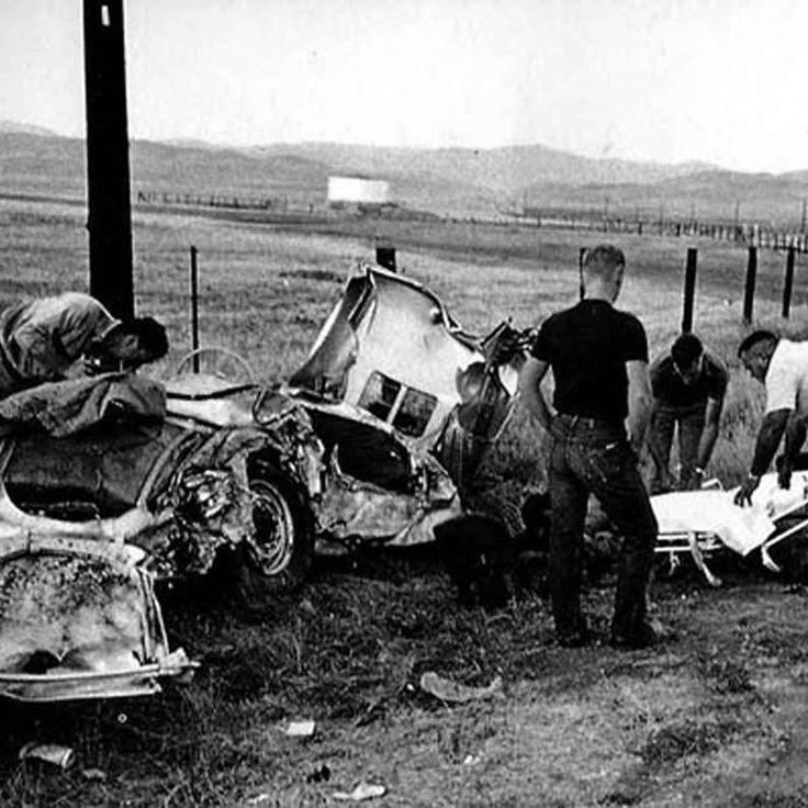 1955: los restos del coche de James Dean tras el accidente que causó su muerte. #coche #jamesdean #muerte #chatarra #accidente http://www.pandabuzz.com/es/imagen-historica-del-dia/restos-coche-james-dean