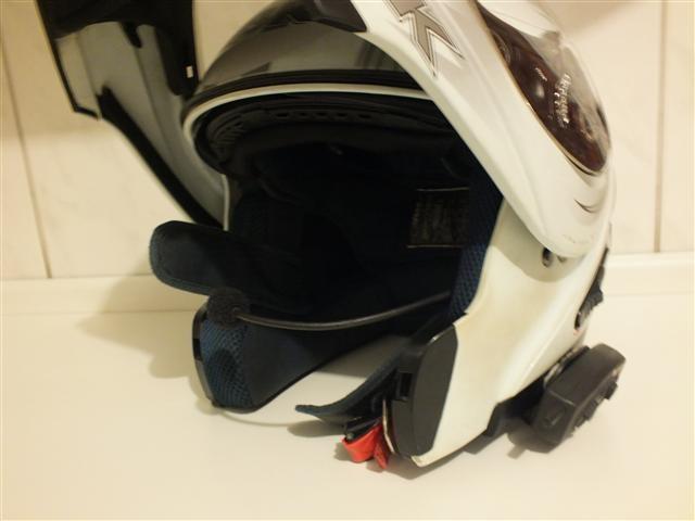 Intercomunicador montado em capacete de motociclista