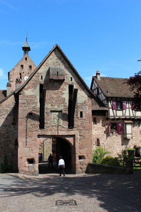 On peut pénétrer dans le village de Riquewihr par la porte haute, impressionnante, avec ses lourdes portes, et sa herse en bois. Elle a été renforcée en 1500.