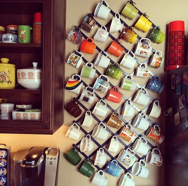 I like how this display makes the diagonal slant of the mugs hanging work as part of the visual appeal!