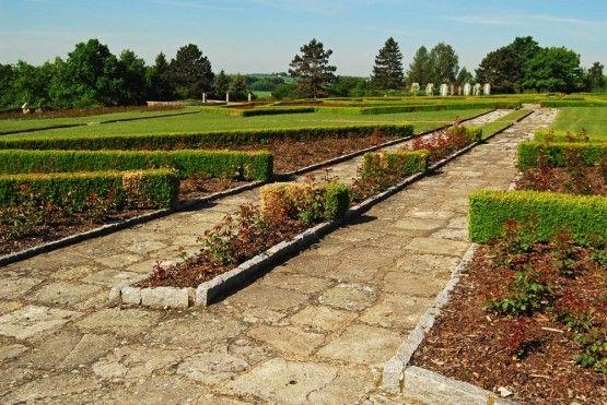 """Iniciativa k založení růžového sadu vznikla v Anglii, kde 10. června 1954 vystoupil s touto myšlenkou spolek """"Lidice budou žít"""", jehož předsedou byl Barnett Stross, poslanec britského parlamentu."""