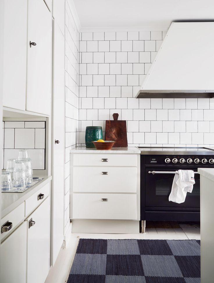 Köksinspiration – stilrent funkiskök med helkaklade väggar | Sköna hem