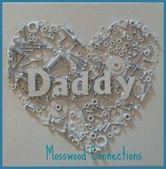 Kinder basteln mit Schrauben und Muttern und erhalten ein wunderschönes Bild zum Vatertag oder den Geburtstag von Papa.