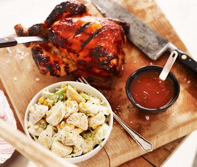 Saftig kyckling grillad på indirekt värme. Med en lättlagad, sötstark sås av tabasco, honung och tomatjuice samt krämig färskpotatissallad med avokado och salladslök. Bra och barnvänligt till barbeque.