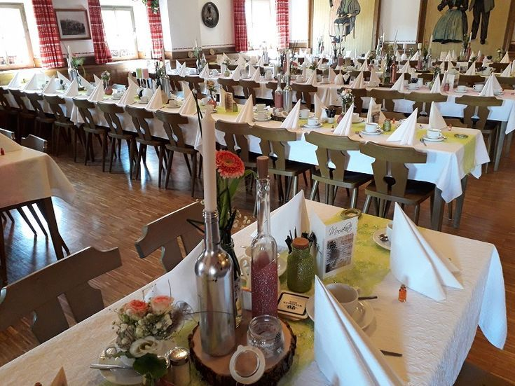 Unglaublich Tolle Hochzeit Gestern Im Saal Unseres Gasthauses Altwirt Mit Der Musikkapelle Steinbrunning Hier Die Deko Table Decorations Decor Table Settings