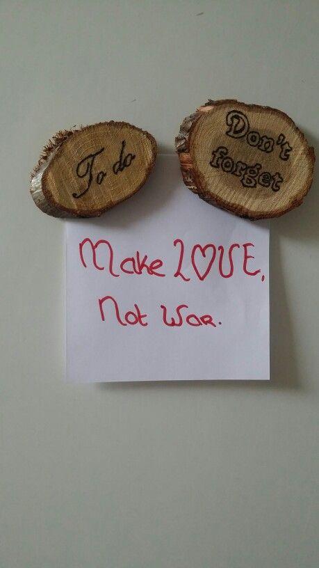 Magneetjes van houten schijfjes gemaakt er er met de hand een tekst in gebrand.
