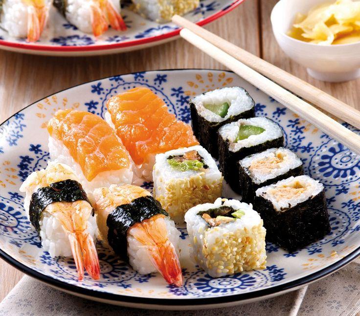 Mix di sushi: 2 Nigiri con salmone crudo, 2 Nigiri con gamberi, 2 Maki con cetriolo, 2 Maki con salmone cotto, 2 California Roll con salmone e avocado.. Comprese 2 coppie di bacchette, una bustina di salsa di soia, del preparato a base di wasabi e uno a base di zenzero. #sushi #sushimania