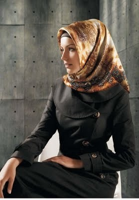 I love the hijab style. I wish I could pull it off without people automatically thinking I'm Muslim.