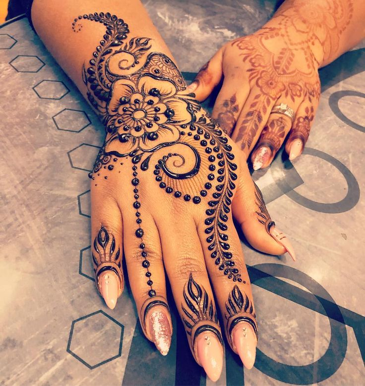 Everyone? Meet my new favorite person, @glamourstudiosyyc ... Anila and her hubby Adam are such sweeties! I met her yesterday for. Quick henna appointment on the strip but had so much fun we grabbed dinner tonight too! Being a henna artist is surely the best job in the world? Ps: the back hand was adorned by @hennabyang .. #henna #mehndi #mehandi #mehendi #heena #henne #mendi #hennaart #hennaartist #mehndiart #mehndiartist #hennadesign #mehndidesign #hennalove #hennatattoo #mehnditattoo ...