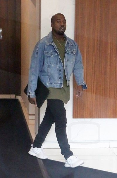 Kanye West Leaving his appartment