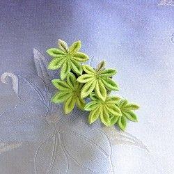 楓が水に漂よっているように、風流な帯留めを作りました。ななめに流れるデザインです。1枚目と2枚目の画像のように、上下を変えるとまた違った雰囲気になります。・サイズ縦6.5cm 横8cm(1つ1つの楓は約3cmです) 帯留め(着けられる帯締め) 幅1.2cm 太さ5mm ・主な素材一越ちりめん金具(ロジウム)・備考つまみ細工は、水に弱いので雨天時でのご使用の際はお気をつけ下さい。ご使用のパソコン画面により、商品の色が実物と若干違うことがあります。ご了承下さい。検索用:つまみ細工 ちりめん 浴衣 着物 花火 祭り 帯留め 帯飾り 葉 葉っぱ 植物 和装 おしゃれ オシャレ ゆかた 風流 上品 緑 黄緑 グリーン 楓 かえで カエデ 紅葉 もみじ モミジ