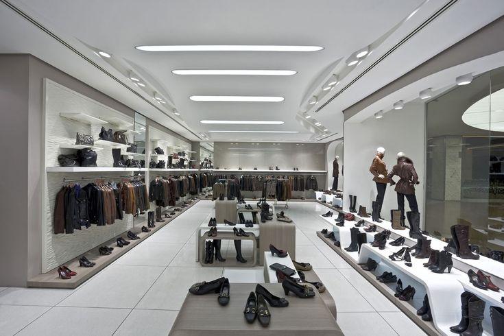 <p>Dış cephesindeki organik formlu kademelerin aynı zamanda vitrin teşhir platformlarını oluşturuyor. Hem ayakkabı hem de deri konfeksiyon ürünlerinin bir arada teşhir edilmesi ürünün önüne geçmeyecek ve ürünü ortaya çıkartacak renk seçimlerini beraberinde getirdi. Bronz cam , ahşap ve beyaz renklerin kullanıldığı mekandaki raflar ve tavan düzenlemeleri aynı organik yapının devamlılığını sağlayan formları içeriyor.</p>
