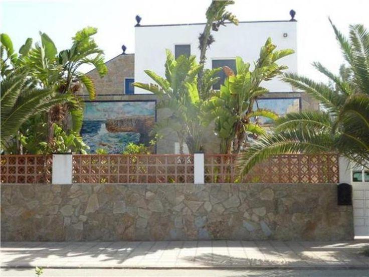 Villa de lujo en la mejor zona de Corralejo junto al Hotel Bahia Real, situada en la avenida principal, estupenda oportunidad, se encuentra a 10 metros del mar, consta de chalet y apartamento en la planta superior. Terrazas acristaladas, zona muy tranquila. Terreno: 410 m2.