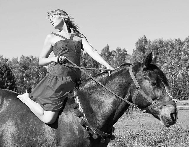Instagram media by capriolele - Фотосессия )))) теперь и я на любимом коне ))) #photographer #photography #photo #foto #life #любовь #лошадь #секси #девушка #love #moscow #sexy #horse #horses #