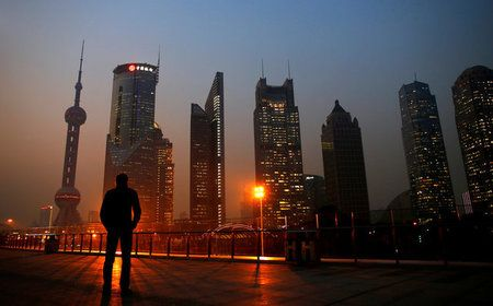 6月1日、中国では、銀行の監査人が実地調査に行くと、帳簿に記録されている担保が見当たらないことが頻繁にあるという。写真は2013年、上海の金融街(2017年 ロイター/Carlos Barria)