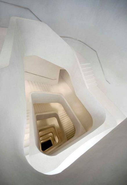 Escaleras caixa forum/Caixa Forum stairs      La Comunidad de Madrid te invita a visitar el Caixa Forum, uno de los edificios más modernos en Madrid.