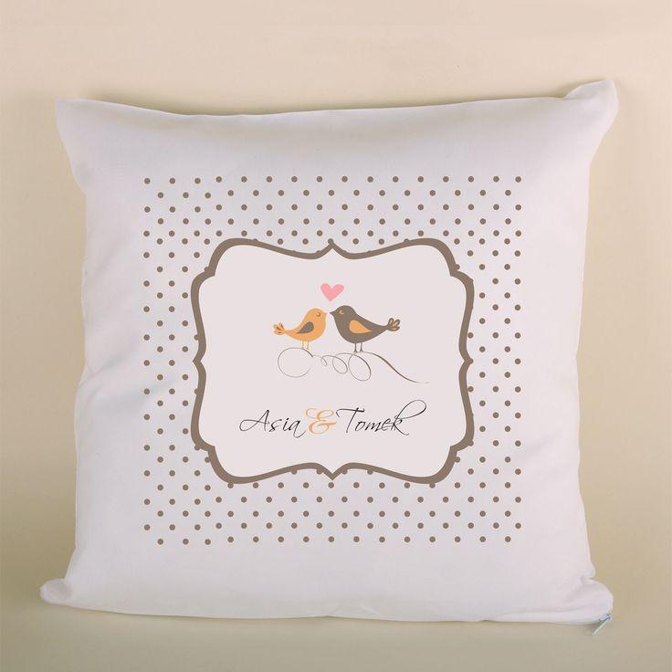 Poduszka ślubna z ptaszkami w kropki to doskonały prezent dla bliskiej osoby.