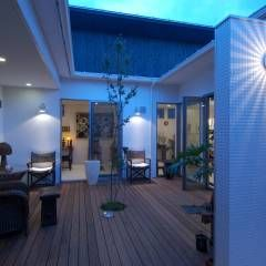 自然を感じる家で暮らす: スタジオ・ベルナが手掛けたtranslation missing: jp.style.バルコニー-テラス.modernバルコニー&テラスです。