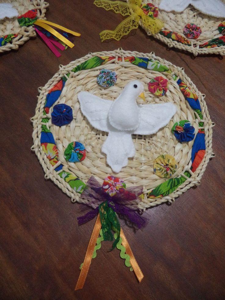 Divino em feltro sobre esteira de palha de 22 cm de diâmetro, decorada com chita e fitas