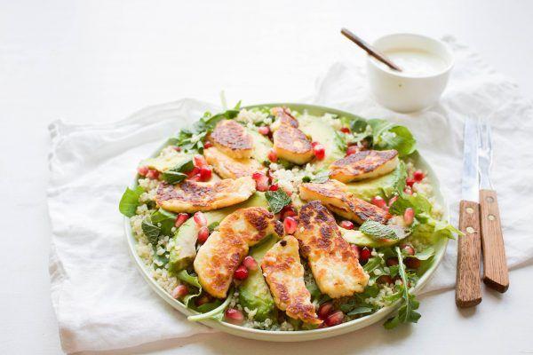 Een heerlijke, gezonde salade met halloumi kaas, quinoa, rucola, avocado en granaatappelpitjes. Ideaal voor warme zomerse dagen!