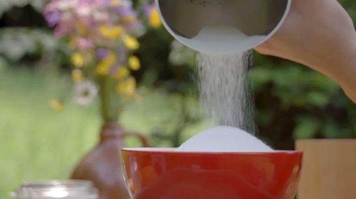 Výroba domácí prášku na bílé prádlo je jednoduchá a Alena má jeho účinnost vyzkoušenou. Navíc jsou všechny složky tohoto prášku - včetně té nejagresivnější látky, která bělí prádlo - ekologické a vhodné pro alergiky. OHODNOŤTE TENTO POŘAD NA ČSFD ZDE . Po…
