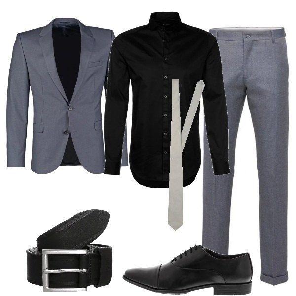 Giacca e pantaloni grigi vengono indossati con una camicia nera e una cravatta grigio chiaro, per la proposta pensata per una cerimonia. Le scarpe sono stringate eleganti nere, come la cintura in pelle.