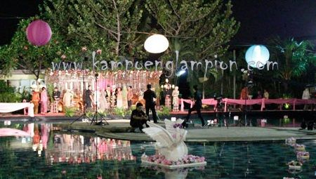 Lampion untuk pesta kolam