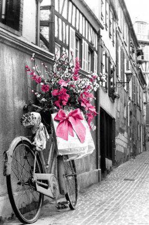 Big suprise for his girlfriend! Ik vind dat het roze heel erg mooi afsteekt bij het zwart/wit. Het lijtk alsof het vriendje de fiets onder haar raam heeft neergezet en zij er nog achter moet komen. Sweet!