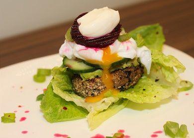 Tofu burger se zastřeným vejcem /Tofu burger with poached egg/ Bezlepkový a nízkosacharidový zdravý recept /Gluten free and low carb healthy recipe/