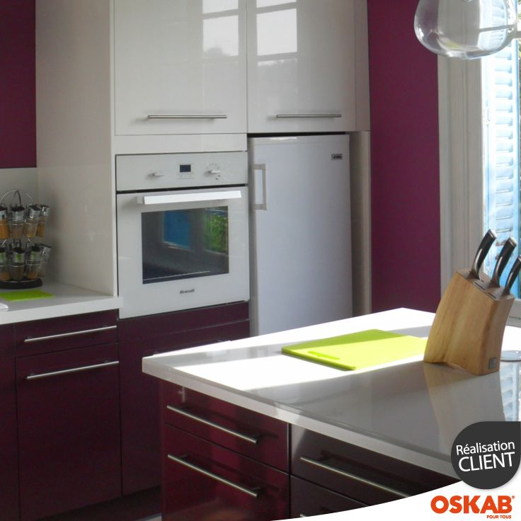 Cuisine moderne design bicolore blanche et aubergine avec finition
