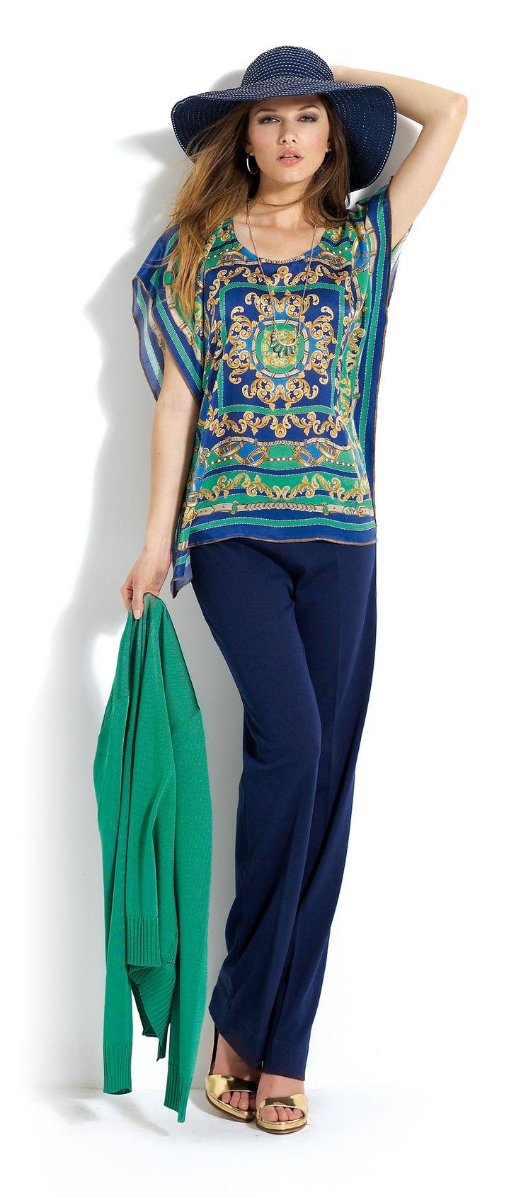 Pantalón azul marino con sombrero a juego. Blusa con estampado étnico en tonos azules.   #trousers #blue #hat #etnic