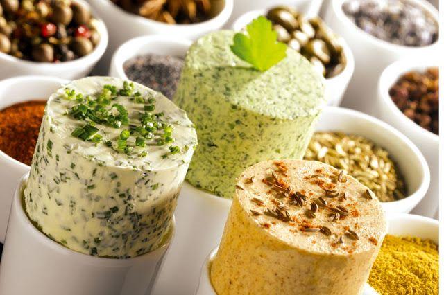 Veja essa receitinha de manteiga aromática que vai bem com carnes, peixes e aves! Vale a pena conferir!