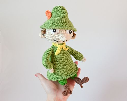 Crochet pattern for Snufkin doll - moomins inspired character. Snufkin, when finished, is 29 cm (11.5 inches) long from the legs to the end of his hat. I have used wires inside, so my doll is posable, but if you are making this for a child I recommend skipping wires or using the safer pipe cleaners.