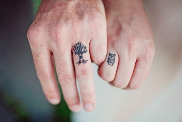 Zusammenpassende Finger-Tattoos für Pärchen-Baum und Uhu