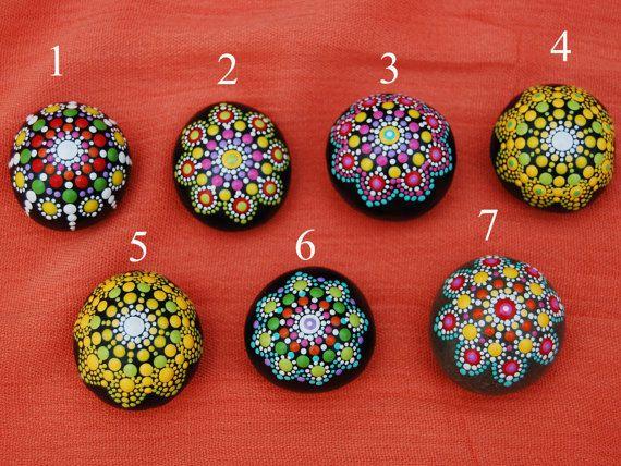 Mix en Match - Mandala stenen set van 2 / kleine Mandala / bruiloft tabel decor / Hand geschilderde mandala rotsen / Mandala strand rots / Love gift