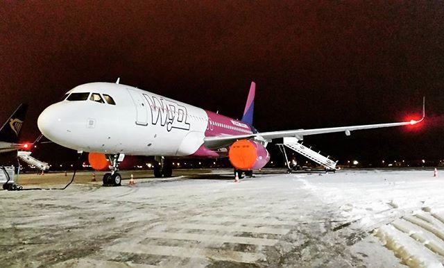 #Wizzair #Airbus #A320, #Airport Gdansk / #airplane #plane #snow #winter; photo: Karol Kędzierski