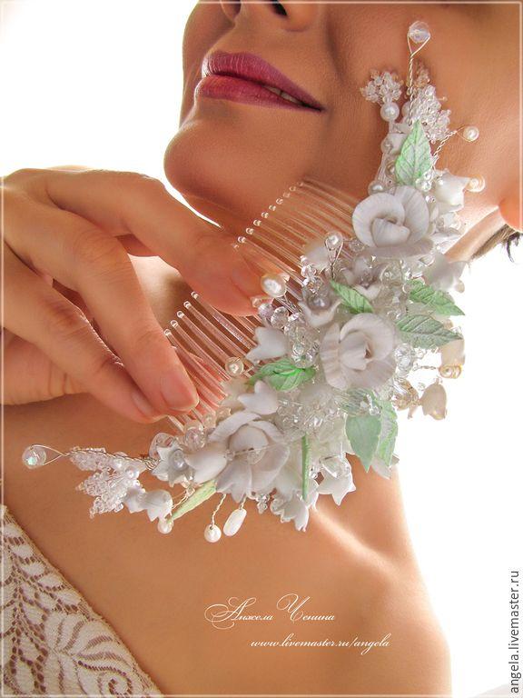 Купить или заказать Свадебный гребень с ландышами в интернет-магазине на Ярмарке Мастеров. Нежный и пышный гребень для свадебной прически. Розы , ландыши и листья слеплены вручную из полимерной глины FIMO. Использован натуральный жемчуг, бусинки белого кварца, стеклянные сверкающие бусины. Веточки гребня выполнены из ювелирной посеребренной проволоки. При исполнении на заказ возможны любые вариации цвета и формы. Пожалуйста, перед заказом прочитайте 'Правила магазина'!