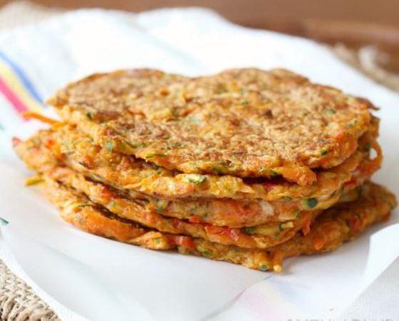 Ενα νόστιμο πιάτο από τραγανές τηγανίτες λαχανικών με καρότο και κολοκύθι, χωρίς γλουτένη, με ελάχιστες θερμίδες και χαμηλά λιπαρά που παρασκευάζεται γρήγο